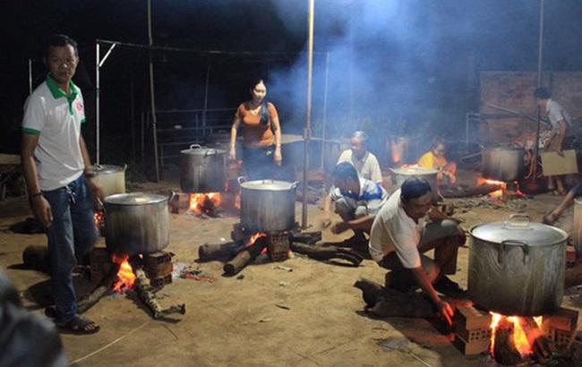 Người dân Đắk Lắk gói 2.000 bánh tét cứu trợ đồng bào miền Trung - Ảnh 1