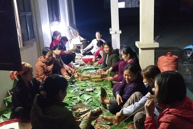 Người dân Nghệ An trắng đêm nấu hàng ngàn chiếc bánh chưng chuyển vào vùng lũ - Ảnh 2