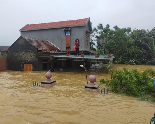 """""""Rốn lũ"""" Quảng Bình: Rơi nước mắt cảnh người dân lội nước, leo lên nóc nhà nhận hàng cứu trợ - Ảnh 10"""