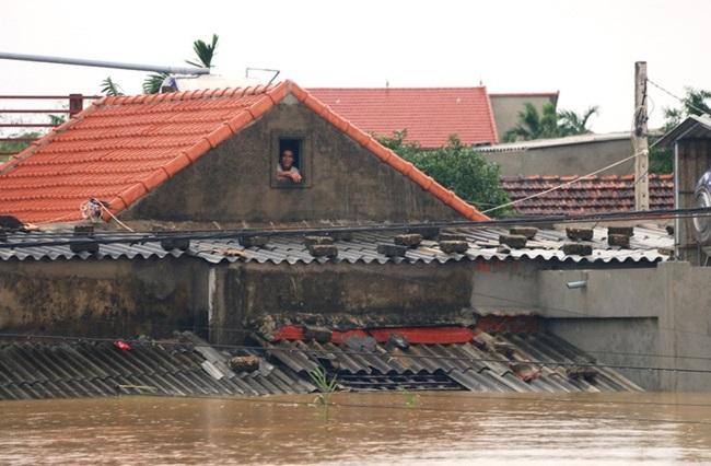 """""""Rốn lũ"""" Quảng Bình: Rơi nước mắt cảnh người dân lội nước, leo lên nóc nhà nhận hàng cứu trợ - Ảnh 4"""