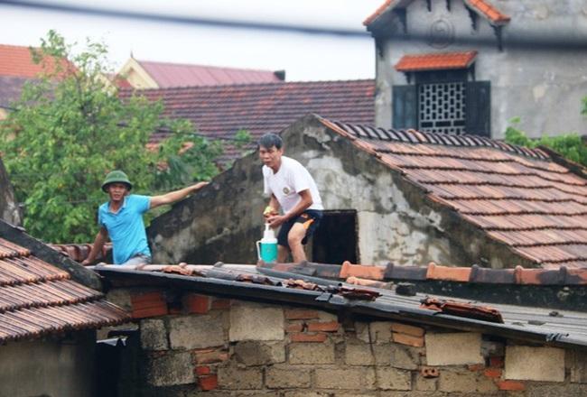 """""""Rốn lũ"""" Quảng Bình: Rơi nước mắt cảnh người dân lội nước, leo lên nóc nhà nhận hàng cứu trợ - Ảnh 5"""