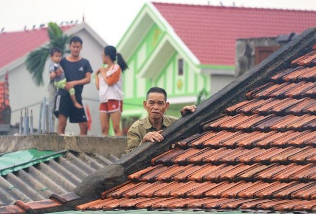 """""""Rốn lũ"""" Quảng Bình: Rơi nước mắt cảnh người dân lội nước, leo lên nóc nhà nhận hàng cứu trợ - Ảnh 6"""