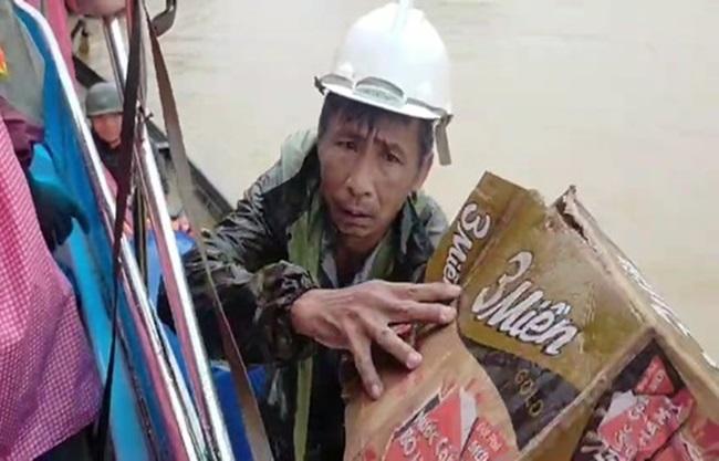 """""""Rốn lũ"""" Quảng Bình: Rơi nước mắt cảnh người dân lội nước, leo lên nóc nhà nhận hàng cứu trợ - Ảnh 7"""