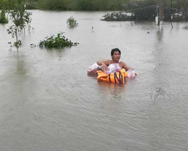 """""""Rốn lũ"""" Quảng Bình: Rơi nước mắt cảnh người dân lội nước, leo lên nóc nhà nhận hàng cứu trợ - Ảnh 8"""