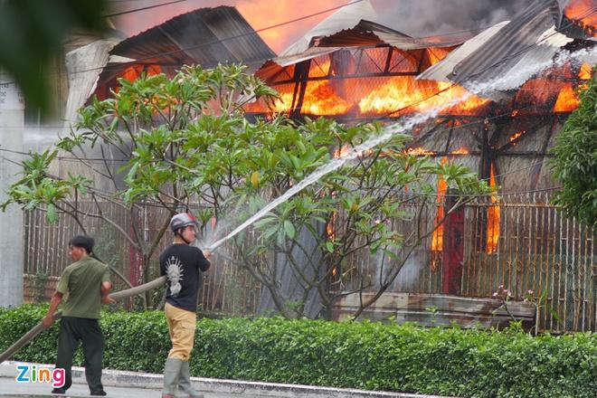 TP.HCM: Cháy xưởng gỗ rộng hơn 100m2, KCN Bình Chiểu hỗn loạn - Ảnh 1