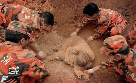 """Sự thật về thông tin """"mẹ ôm con dưới bùn"""" trong vụ sạt lở tại Quảng Trị tràn lan trên Facebook - Ảnh 2"""