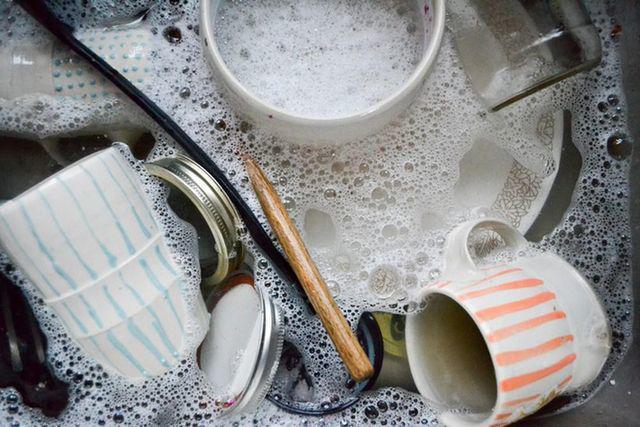4 thói quen khi rửa bát làm tăng vi khuẩn, cơ thể ngấm dần hóa chất, bệnh tật dồn dập tìm đến - Ảnh 1