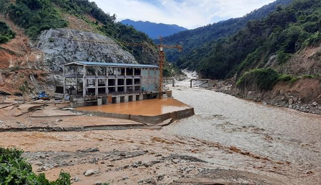 Quảng Nam: Sạt lở đất, 200 công nhân thủy điện Đăk Mi 2 bị kẹt giữa rừng - Ảnh 1