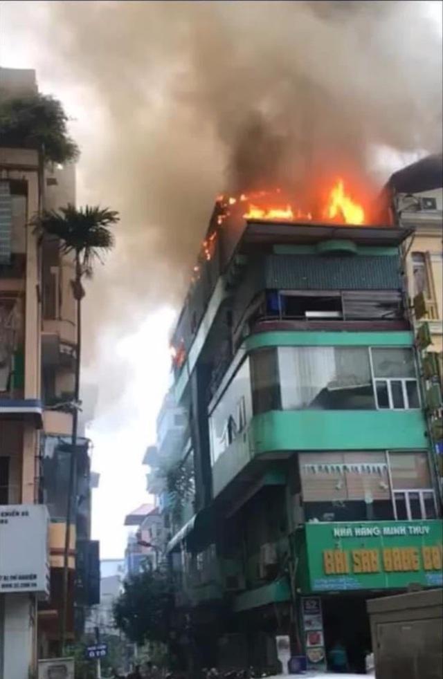 Hà Nội: Tầng tum nhà hàng hải sản bốc cháy ngùn ngụt, cả khu phố hoảng loạn - Ảnh 1