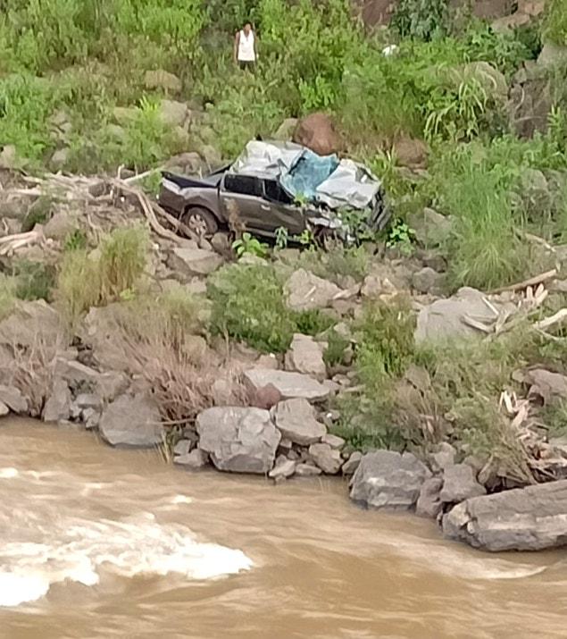 Xe bán tải bị lật, 2 giáo viên tử vong ở Nghệ An: Thầy hiệu trưởng thoát chết nhờ túi khí  - Ảnh 2