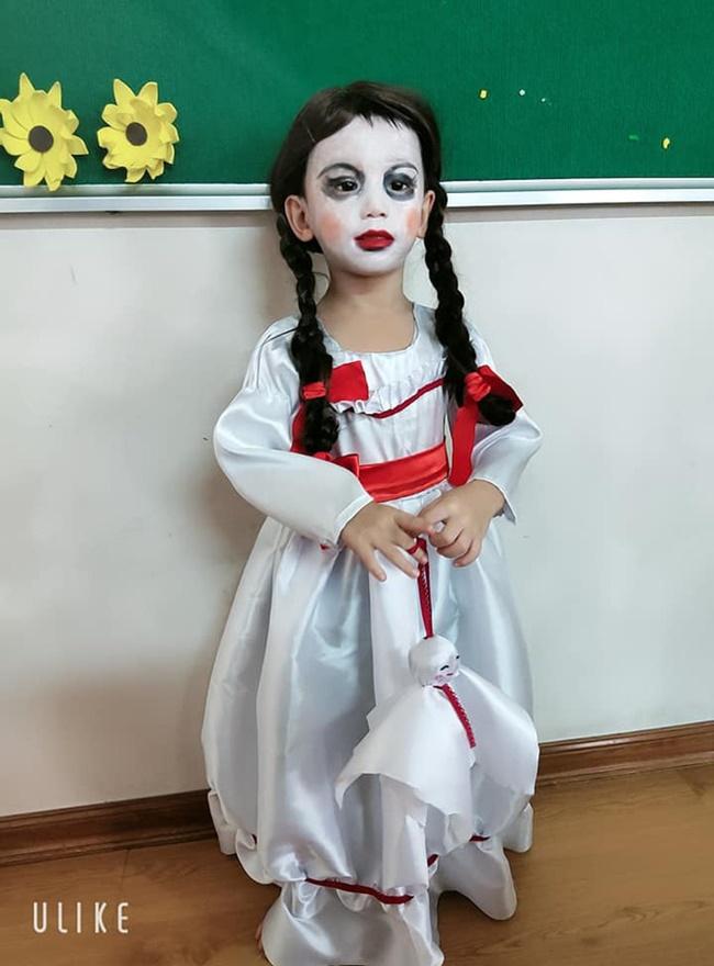 """Halloween mẹ hóa trang cho con thành Annabelle """"chất"""" nhất lớp, khi tẩy trang ai cũng ngỡ ngàng - Ảnh 3"""