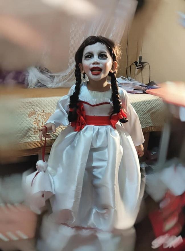 """Halloween mẹ hóa trang cho con thành Annabelle """"chất"""" nhất lớp, khi tẩy trang ai cũng ngỡ ngàng - Ảnh 1"""
