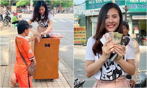 Vân Trang bán vé số giúp chàng trai khuyết tật - Ảnh 1
