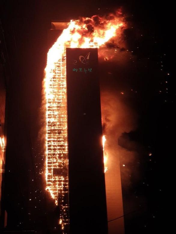 Hàn Quốc: Tòa nhà 33 tầng bốc cháy như ngọn đuốc khổng lồ, ít nhất 13 người bị thương - Ảnh 1