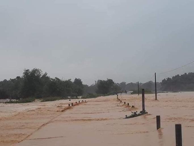 Mưa lớn kéo dài gây ngập cục bộ, 4 địa phương ra thông báo khẩn cho học sinh nghỉ học - Ảnh 1