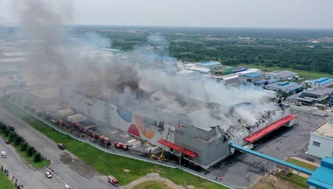 TP.HCM: Hiện trường vụ công ty 12.000m2 bị thiêu rụi, khói bốc cao hàng chục mét - Ảnh 1