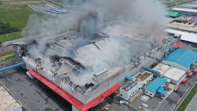 TP.HCM: Hiện trường vụ công ty 12.000m2 bị thiêu rụi, khói bốc cao hàng chục mét - Ảnh 2