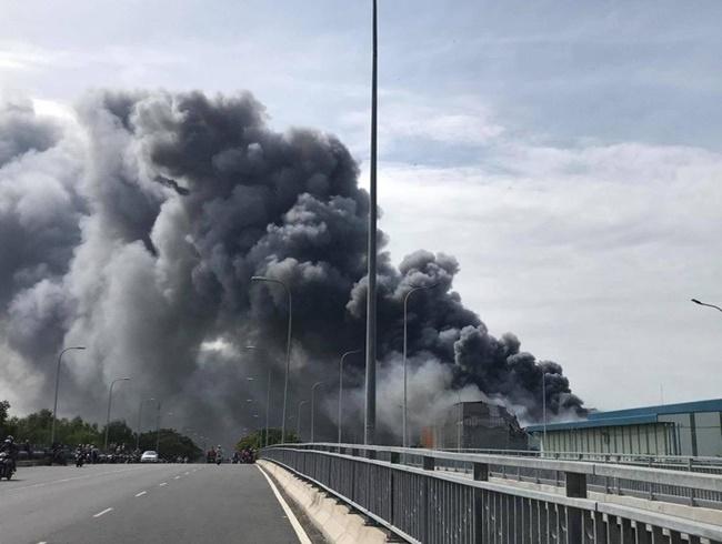 TP.HCM: Hiện trường vụ công ty 12.000m2 bị thiêu rụi, khói bốc cao hàng chục mét - Ảnh 6
