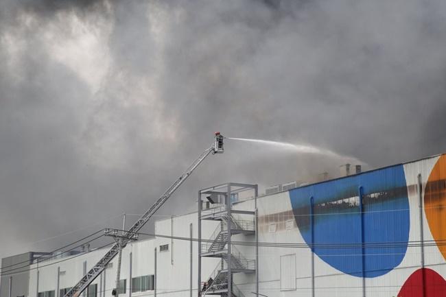 TP.HCM: Hiện trường vụ công ty 12.000m2 bị thiêu rụi, khói bốc cao hàng chục mét - Ảnh 3