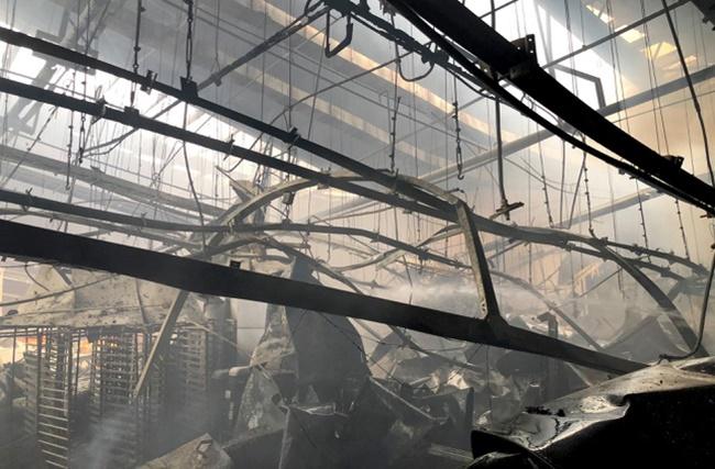 TP.HCM: Hiện trường vụ công ty 12.000m2 bị thiêu rụi, khói bốc cao hàng chục mét - Ảnh 5