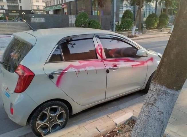 Triệu tập 3 bảo vệ xịt sơn đỏ lên loạt xe ôtô vì không gửi vào bãi - Ảnh 1