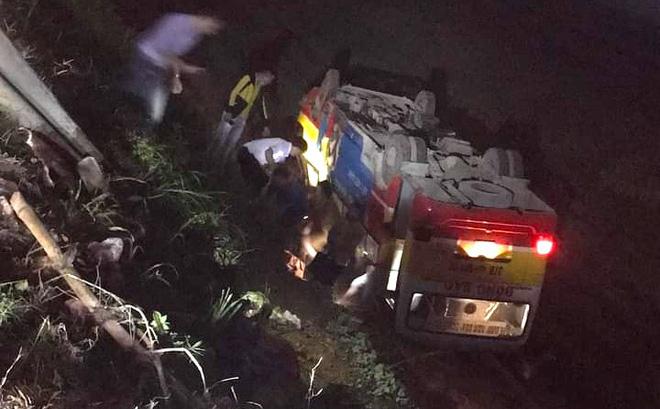 Xe buýt đâm trúng trâu bị lật ngửa xuống ruộng, hành khách đập cửa thoát nạn - Ảnh 1
