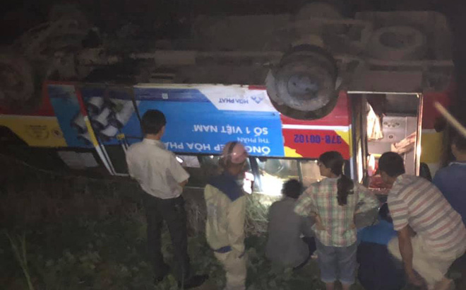 Xe buýt đâm trúng trâu bị lật ngửa xuống ruộng, hành khách đập cửa thoát nạn - Ảnh 2