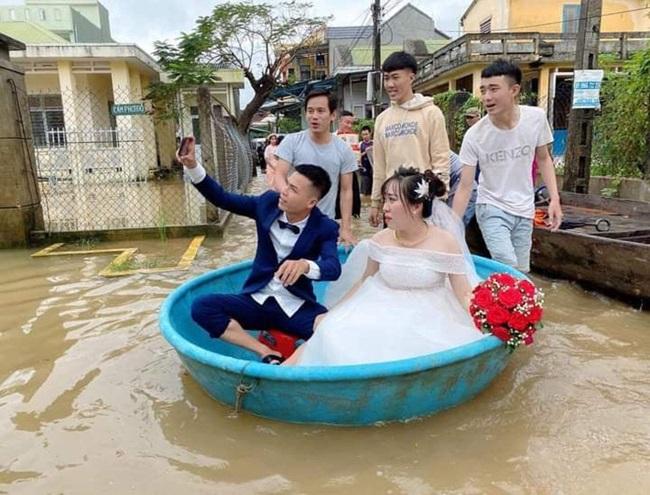Đám cưới giữa mùa lũ, chú rể bì bõm lội nước đón nàng về dinh - Ảnh 2