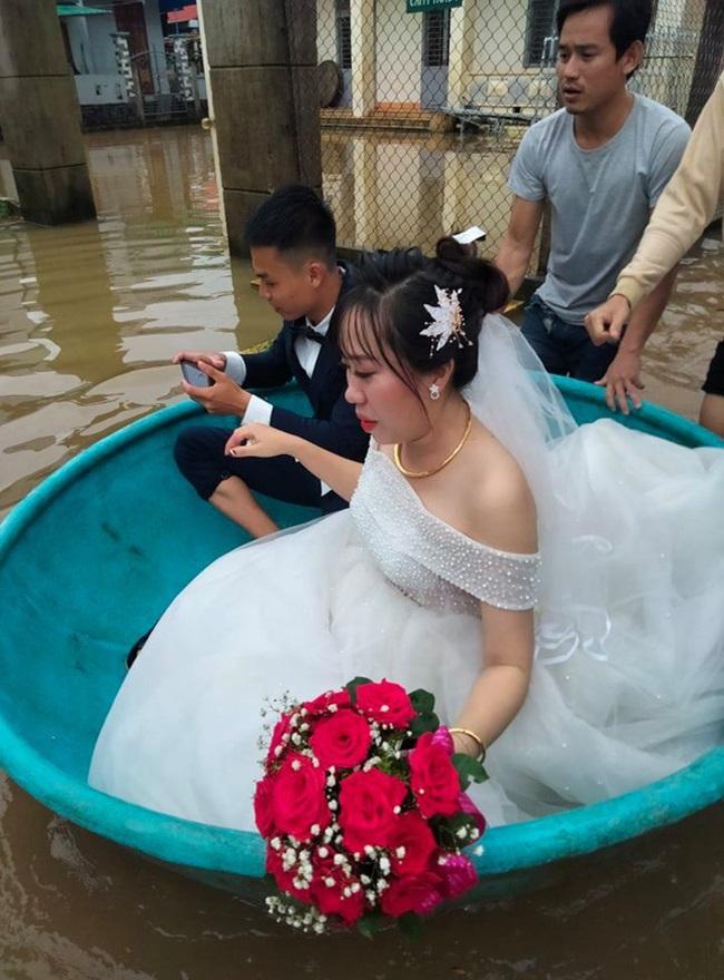 Đám cưới giữa mùa lũ, chú rể bì bõm lội nước đón nàng về dinh - Ảnh 3