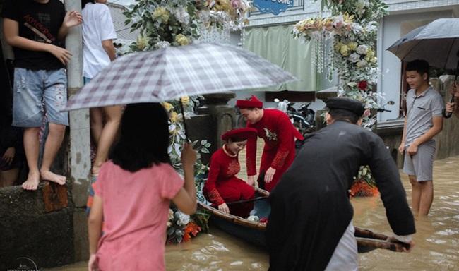 Đám cưới giữa mùa lũ, chú rể bì bõm lội nước đón nàng về dinh - Ảnh 4