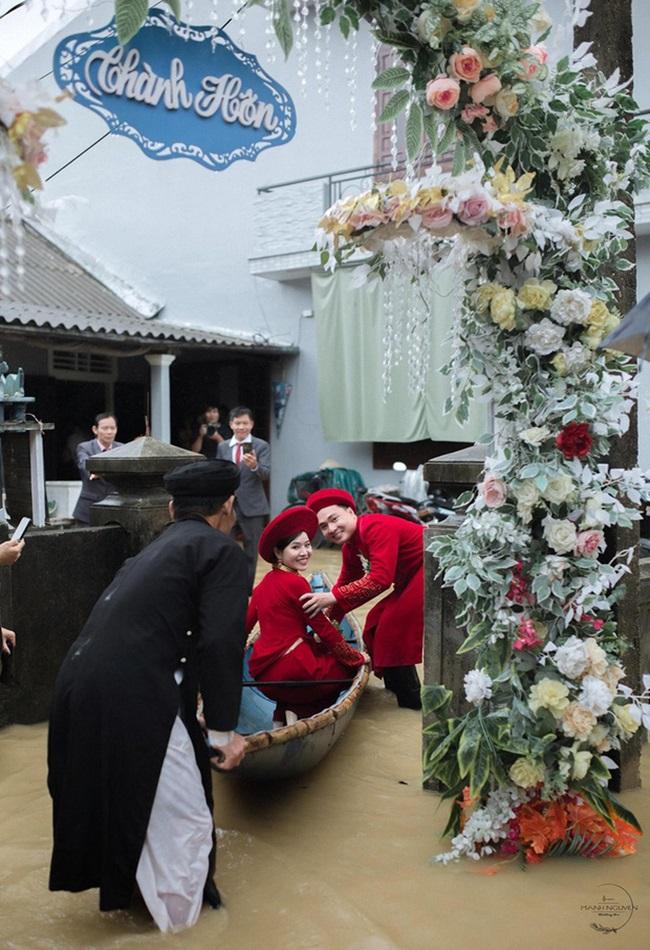 Đám cưới giữa mùa lũ, chú rể bì bõm lội nước đón nàng về dinh - Ảnh 6