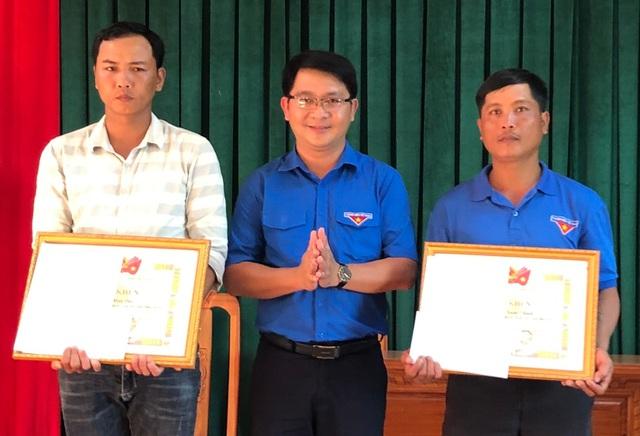 Bình Định: Khen thưởng 2 thanh niên cứu người gặp nạn trong đợt mưa lũ - Ảnh 1