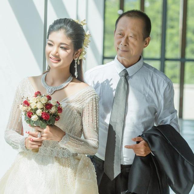 Cụ ông 70 tuổi cưới vợ đáng tuổi cháu, nhìn ảnh cưới ngỡ ngàng nhan sắc cô dâu - Ảnh 2
