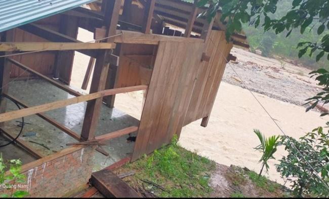 """Ảnh hưởng bão số 10, thêm một ngôi làng ở Trà Leng gần như bị """"xóa sổ"""" - Ảnh 3"""