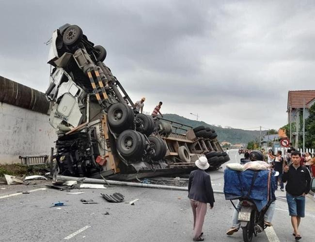 Hiện trường vụ xe container tránh ổ gà bị mất lái, rơi từ cầu vượt xuống đường - Ảnh 1