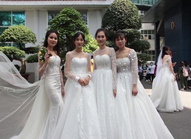 """Loạt nữ sinh mặc váy cưới tại trường đại học, dân mạng đồn đoán có hội thi """"kén rể"""" - Ảnh 6"""