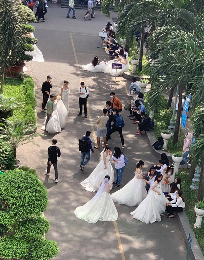 """Loạt nữ sinh mặc váy cưới tại trường đại học, dân mạng đồn đoán có hội thi """"kén rể"""" - Ảnh 5"""
