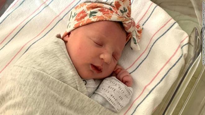 Kỳ lạ em bé chào đời từ phôi thai đông lạnh từ năm 1992 - Ảnh 1