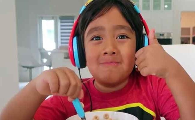 Khi bạn bè còn đang lo ăn học, bé trai 9 tuổi này đã thành Youtuber thu nhập cao nhất thế giới - Ảnh 2