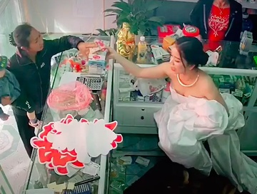 """Cô dâu dược sĩ yêu nghề, chuẩn bị lên xe hoa nhưng vẫn phải """"chốt đơn"""" mới yên tâm xuất giá - Ảnh 1"""