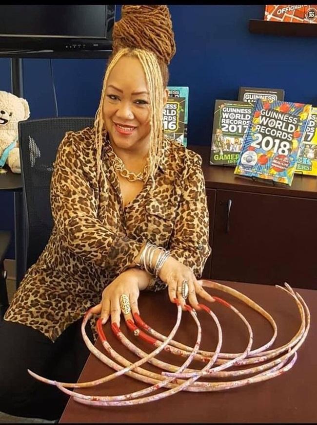 """Nuôi bộ móng tay dài gần 1m suốt 28 năm, người phụ nữ quyết định rao bán với giá """"trên trời"""" - Ảnh 1"""