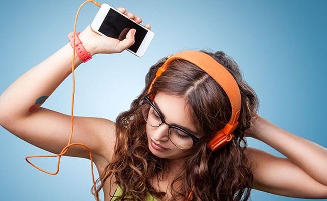 Giật mình trước 5 tác hại khủng khiếp khi đeo tai nghe khi ngủ - Ảnh 1