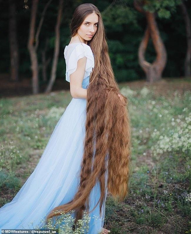 """Mê mẩn trước suối tóc dài 1m8 của """"nàng Rapunzel"""" ngoài đời thực - Ảnh 4"""