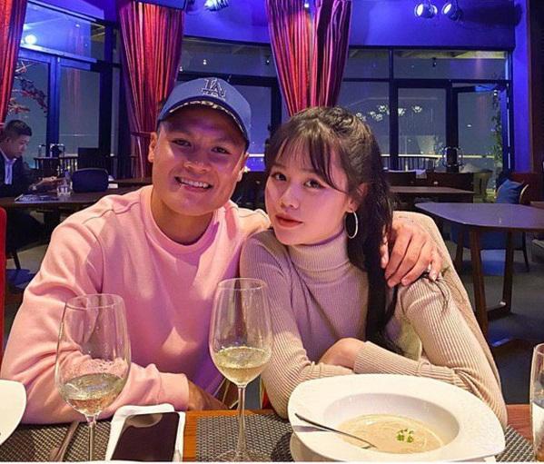 Quang Hải đăng hình khoác tay tình tứ với Huỳnh Anh, kèm biểu tượng trái tim ngọt ngào - Ảnh 1