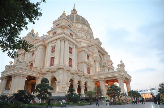 Cận cảnh tòa lâu đài mạ vàng của đại gia Ninh Bình: Cao bằng tòa nhà 18 tầng, đầu tư hàng nghìn tỷ đồng - Ảnh 2