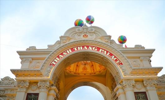 Cận cảnh tòa lâu đài mạ vàng của đại gia Ninh Bình: Cao bằng tòa nhà 18 tầng, đầu tư hàng nghìn tỷ đồng - Ảnh 3