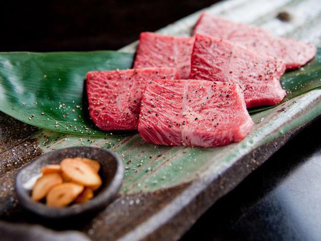 Vì sao giá bò Kobe thượng hạng Nhật cao gấp 45 lần khi về Việt Nam? - Ảnh 1