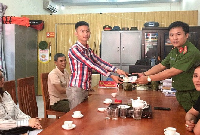 Bắc Giang: Trưởng Công an xã trả 38 triệu đồng và vàng cho người đánh mất - Ảnh 1