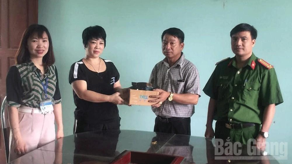 Bắc Giang: Nhặt được 52,9 triệu đồng, người phụ nữ trả cho người đánh rơi - Ảnh 1