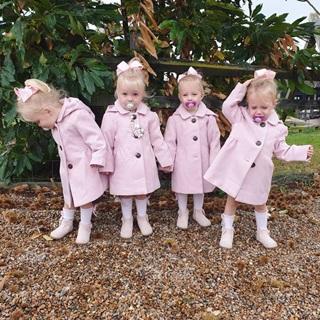 Lịm tim trước vẻ xinh xắn, đáng yêu của 4 bé gái trong ca sinh tư nổi tiếng thế giới  - Ảnh 9
